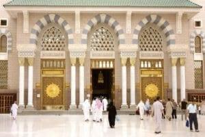 Potret peziarah Muslim memasuki Masjid Nabawi (Masjid Nabi) untuk sholat.