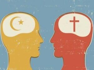 धर्म के बारे में एक दूसरे के साथ बात करते हुए दो लोगों (एक मुस्लिम और एक ईसाई) की तस्वीर।