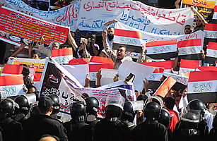 Hundreds of Muslims protest the Egyptian Coptic Church.